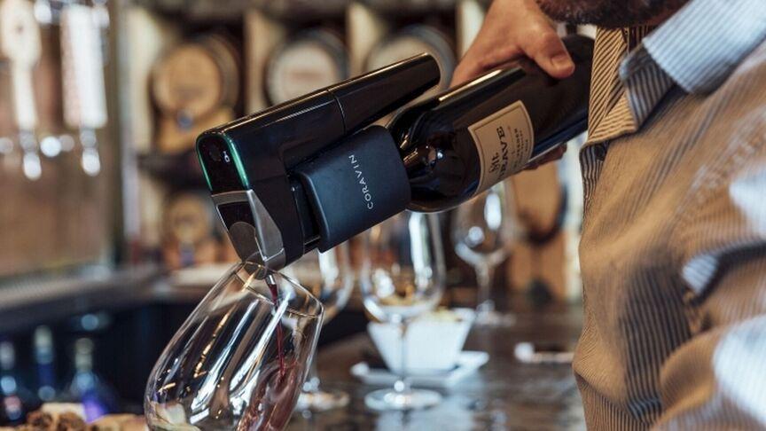 camarero de Asador La Perdida sirviendo una copa de vino con el sistema Coravin